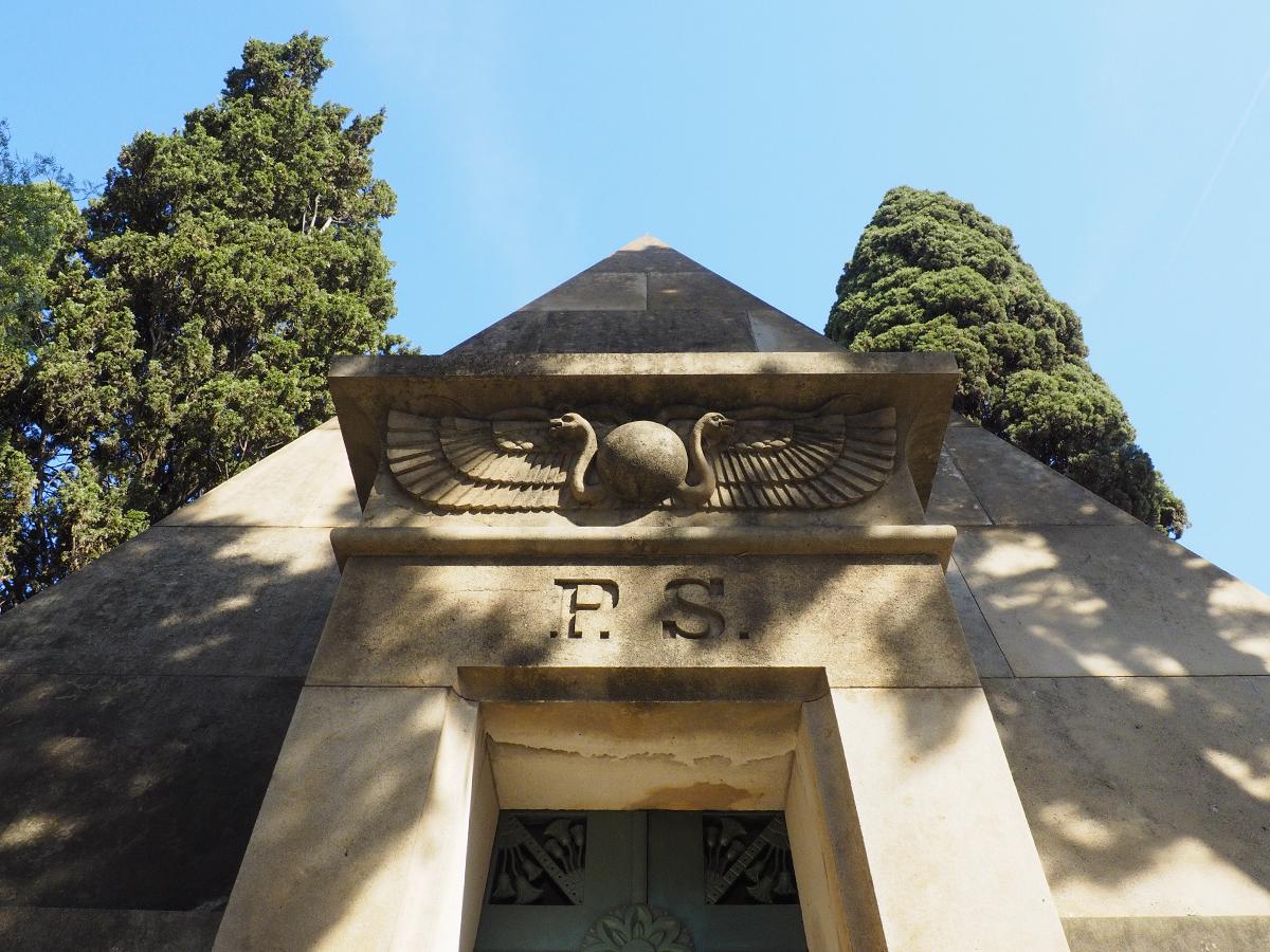 Cementerio de Montjuïc - Tumba en forma de pirámide