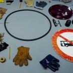 Señales de tráfico, guantes, gafas y Hello Kitty