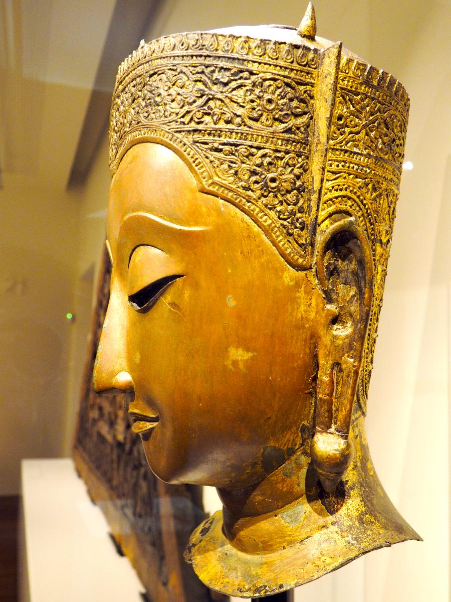 Cabeza de Buda coronado
