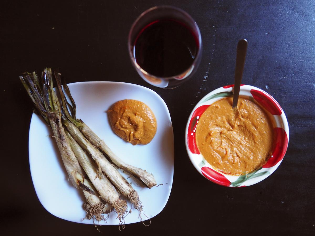 Plato de calçots con su salsa y vino